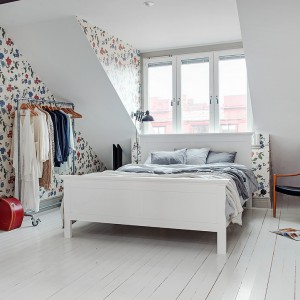 Sypialnia to komfortowa przestrzeń z dużą ilością wolnego miejsca do dowolnego zagospodarowania. Biała podłoga i meble potęgują wrażenie przestronnego wnętrza. Fot. Alvhem Makleri.