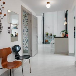 Po wejściu do mieszkania wita nas przestronny, jasny hol, prowadzący bezpośrednio do pozostałych pomieszczeń. Fot. Alvhem Makleri.