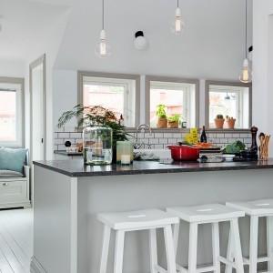 Wyspa na środku kuchni pełni jednocześnie funkcję domowego baru i zachęca do urządzania spotkań w przyjacielskim gronie. Fot. Alvhem Makleri.