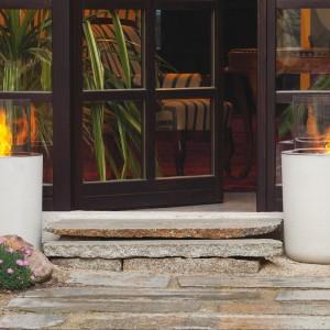 Szklany cylinder osadzony został na betonowej podstawie. Kontrast ciężkiego betonu oraz lekkiego szkła to doskonały pomysł na dekoracyjne oświetlenie przestrzeni ogrodowej. Proj. Christoph Pillet. Fot. Planika.