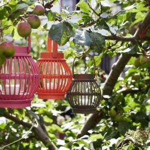 Kolejnym pomysłem na oświetlenie ogrodu są kolorowe lampiony. Do wyboru mamy wiele kształtów i kolorów, które możemy zawiesić na drzewie lub postawić na tarasie czy schodach. Fot. Broste Copenhagen.