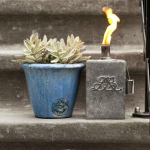 Lampa naftowa to ciekawy sposób na efektowne oświetlenie ogrodu i tarasu. Fot. Lene Bjerre.
