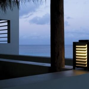 Stojące, przenośne lampy podłogowe rozjaśnią taras i ogród. Fot. Modular.