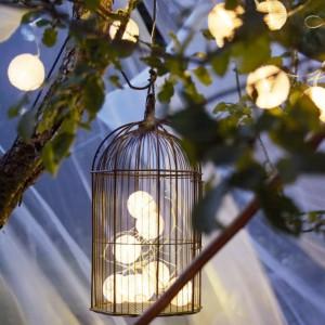 Ciekawym pomysłem na delikatne oświetlenie ogrodu są girlandy. Delikatne światło wprowadzi wyjątkowy klimat. Fot. Ikea.