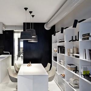 Powierzchnie kuchni i salonu są ze sobą połączone, tworząc funkcjonalną, otwartą przestrzeń. Fot. Olga Akulova DESIGN.