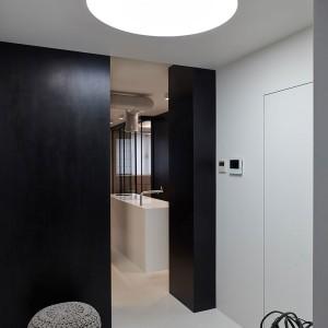 Od progu mieszkania we wnętrzu dominują czerń, biel i szarości zamknięte w nowoczesnych formach. Fot. Olga Akulova DESIGN.