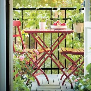 Składane, drewniane sprzęty Malaro - krzesło i stolik pomogą zaoszczędzić miejsce. Fot. Ikea.