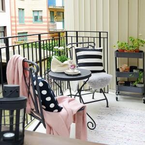 Czarne lampiony nawiązują kolorem do mebli oraz balustrady balkonowej. Wieczorem nastrojowym światłem rozjaśniają przestrzeń. Fot. Alvhem Makleri.