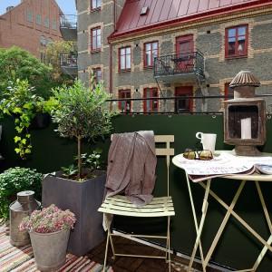 Na balkonie wygospodarowano miejsce na stolik z krzesłami oraz ławkę umieszczoną przy balustradzie. Fot. Alvhem Makleri.