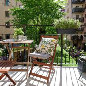 Na przestronnym tarasie możemy wstawić zarówno meble drewniane jak i metalowe. Całość możemy urozmaicić kolorowymi, dekoracyjnymi poduszkami. Fot. Alvhem Makleri.
