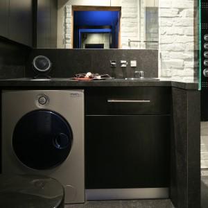 W tej łazience wykorzystano autentyczne, stare cegły które zostały pomalowane farbą ceramiczną, a we wnęce prysznicowej – dodatkowo szkłem w płynie. Projekt: Dominik Respondek. Fot. Bartosz Jarosz