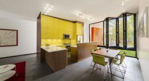 Dom został zaprojektowany w odpowiedzi na zmieniające się potrzeby młodej rodziny z dwójką małych dzieci. To miała być wymarzona, klimatyczna przystań, w której mogliby się zestarzeć, a maluchy dorosnąć w komfortowym otoczeniu.