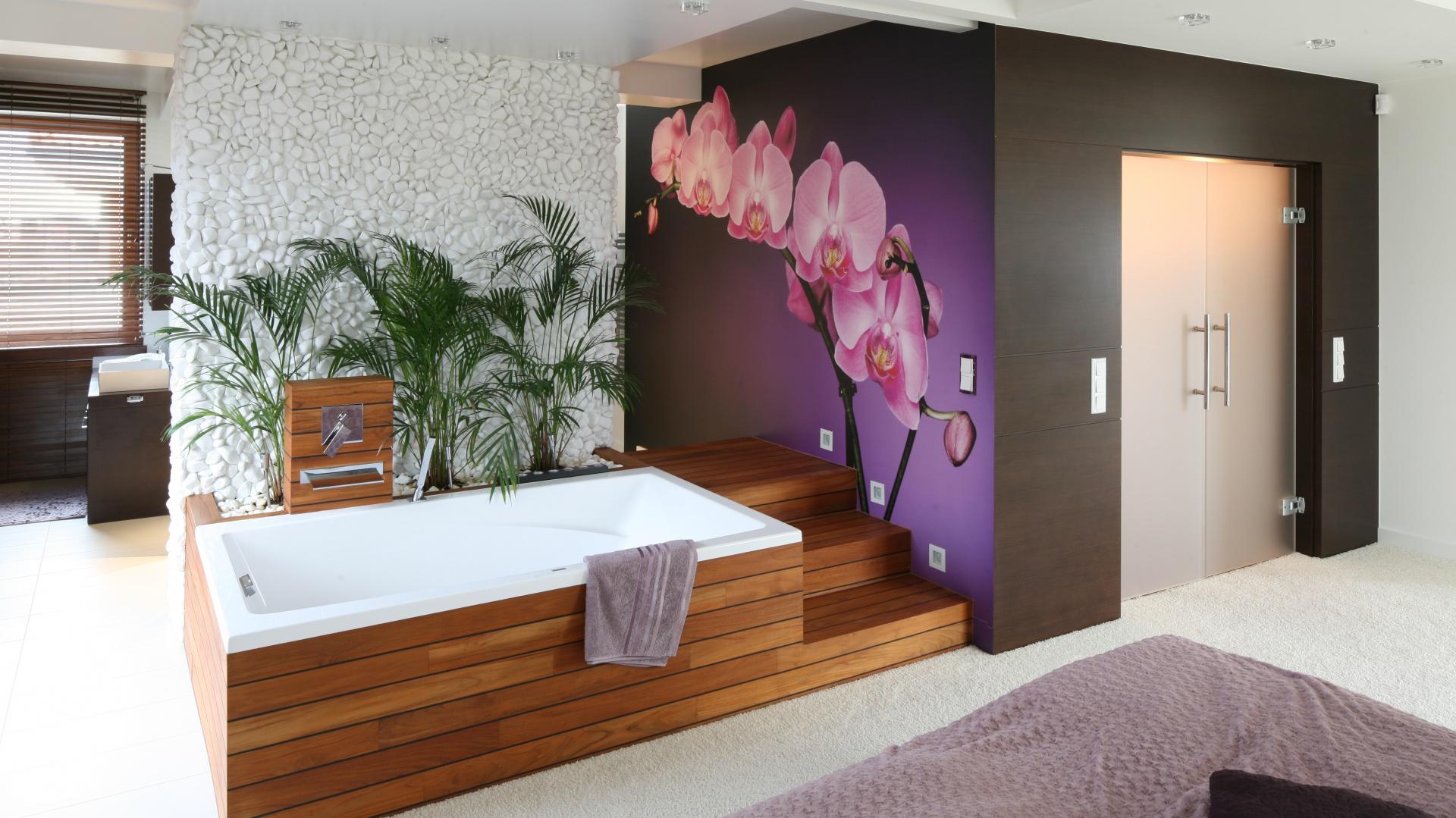 Dużo przestrzeni, lekka aranżacja i  jasna kolorystyka to główne cechy projektu. Najmocniejszym akcentem kolorystycznym jest ciemna ściana, na której pięknie prezentuje się różowy storczyk. Fot. Bartosz Jarosz