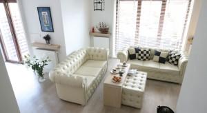 Beże kochają wszyscy. Warto więc wybrać zestaw wypoczynkowy w tym właśnie odcieniu. Sofa, fotel czy narożnik - w beżowym kolorze na pewno ozdobi Twój salon.<br /><br />