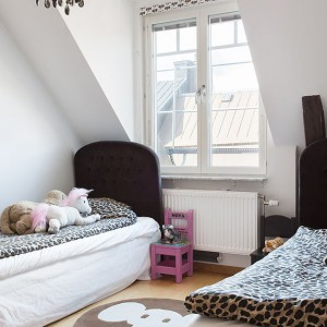 W jednym z pomieszczeń zaplanowano sypialnię dla dwójki dzieci. Fot. Per Jansson