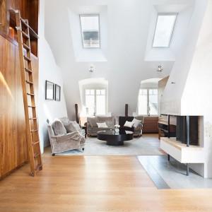 Mieszkanie rozświetlają liczne okna oraz bogato rozmieszczone oświetlenie. Fot. Per Jansson