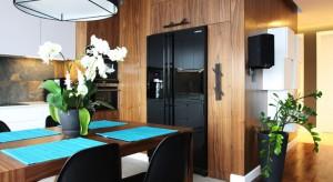 Mieszkanie na Ursynowie zaprojektowano w stylu nowoczesnym, nie brakuje jednak również naturalnych dodatków i akcentów. Utrzymane w stonowanej kolorystyce - dominują tu brązy i szarości, a akcentem kolorystycznym są różne odcienie niebieskiego.