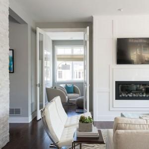 Pokój sąsiadujący z salonem oddzielają od niego szklane drzwi, które w każdej chwili można otworzyć. Rozwarte tworzą jedną płaszczyznę ze ścianką działową i nie zaburzają wizualnie przestrzeni. Fot. Refined.