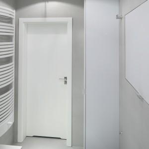 Znacznie bardziej pojemna jest jednak wysoka zabudowa znajdująca się przy drzwiach. Ukryto w niej pralkę oraz kilka głębokich półek. Projekt: Anna Maria Sokołowska. Fot. Bartosz Jarosz.