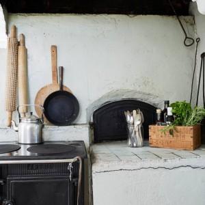 W kuchni znajduje się tradycyjny piec na drewno, pochodzący z 1914 roku. Dzięki jego obecności, wnętrze zyskuje zachwycającego, rustykalnego charakteru. Fot. Stadshem.