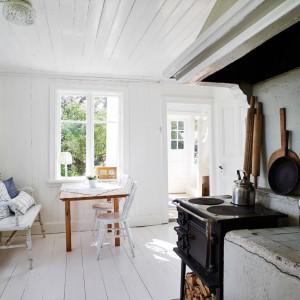 Starą, niemal zabytkową podłogę w kuchni pomalowano na biało olejowoskiem. Fot. Stadshem.