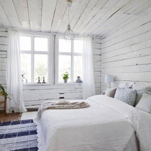 W sypialni, wzorem całego domu, króluje kolor biały, urozmaicony detalami w naturalnym odcieniu drewna. Fot. Stadshem.