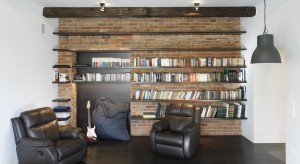 Masz dużo książek i nie wiesz co z nimi zrobić? Zobacz jak urządzić domową bibliotekę we własnym salonie.