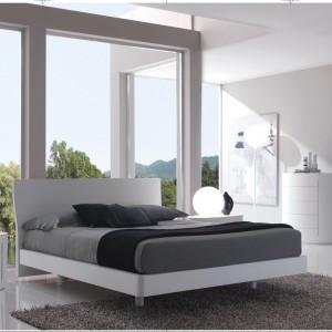 Łóżko Open wykonane z białej, matowej płyty z delikatnie profilowanym zagłówkiem oraz stolik nocny o oryginalnym, lekko owalnym kształcie. Fot. Fimes.