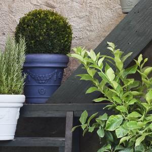 Ozdobne donice możemy postawić przy schodach lub obok drzwi wejściowych. Dzięki temu stworzymy przyjemną przestrzeń wejściową. Na zdjęciu doniczki Decorati z oryginalnym wzorami dostępne w wielu kolorach. Fot. Serralunga.