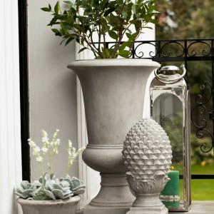 Ceramiczne, stylizowane doniczki świetnie sprawdzą się jako ozdoba tarasu.Fot. Lene Bjerre.