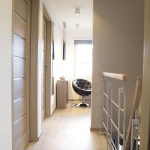 Na piętrze domu znajdował się bardzo mały pokój. Architekt zdecydowała o otwarciu go na przestrzeń klatki schodowej, dzięki czemu zyskano więcej przestrzeni oraz światła w niewielkim pomieszczeniu. Fot. Małgorzata Brewczyńska.