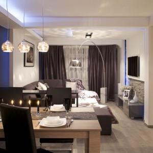 Salon z jadalnią tworzą otwartą, spójną stylistycznie przestrzeń. Rezygnacja ze ścian działowych nadaje wnętrzu efekt przestronności. Fot. Małgorzata Brewczyńska.