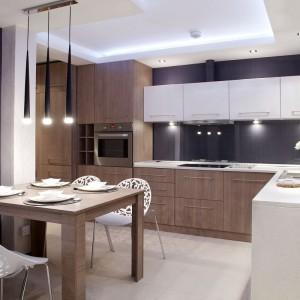 Właściciele mieszkania zażyczyli sobie kuchni, w której większość sprzętów i przedmiotów jest pochowana. Powstało wnętrze pełne schowków, uporządkowane i sterylne wizualnie, o nowoczesnym charakterze. Fot. Małgorzata Brewczyńska.