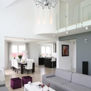 Ciekawa propozycja dla posiadaczy domu z wysokimi pomieszczeniami. Projekt: Małgorzata Mazur. Fot. Bartosz Jarosz.