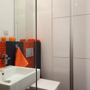 Zabudowa we wnęce, ukryta pod wysokimi frontami oferuje pojemne szafki łazienkowe, a także  pralkę i suszarkę. Powierzchnia:  3,5 m kw. projekt: Michał Mikołajczak. Fot. Monika Filipiuk-Obałek.