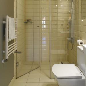Strefa kąpielowa została umieszczona we wnęce i zamknięta drzwiami prysznicowymi oraz jedną ścianką stałą. Zrezygnowano z brodzika na rzecz odpływu w posadzce, dzięki czemu podłoga zachowuje jednolity charakter a pomieszczenie wydaje się większe. Powierzchnia: 3 m kw. Projekt: Katarzyna Merta-Korzniakow. Fot. Monika Filipiuk-Obałek.