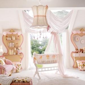 Kolekcja Miss Ballerina marki Altamoda Italia w jasnoróżowym kolorze sprawdzi się w pokoju niemowlaka. Fot. Fabio Luciani.
