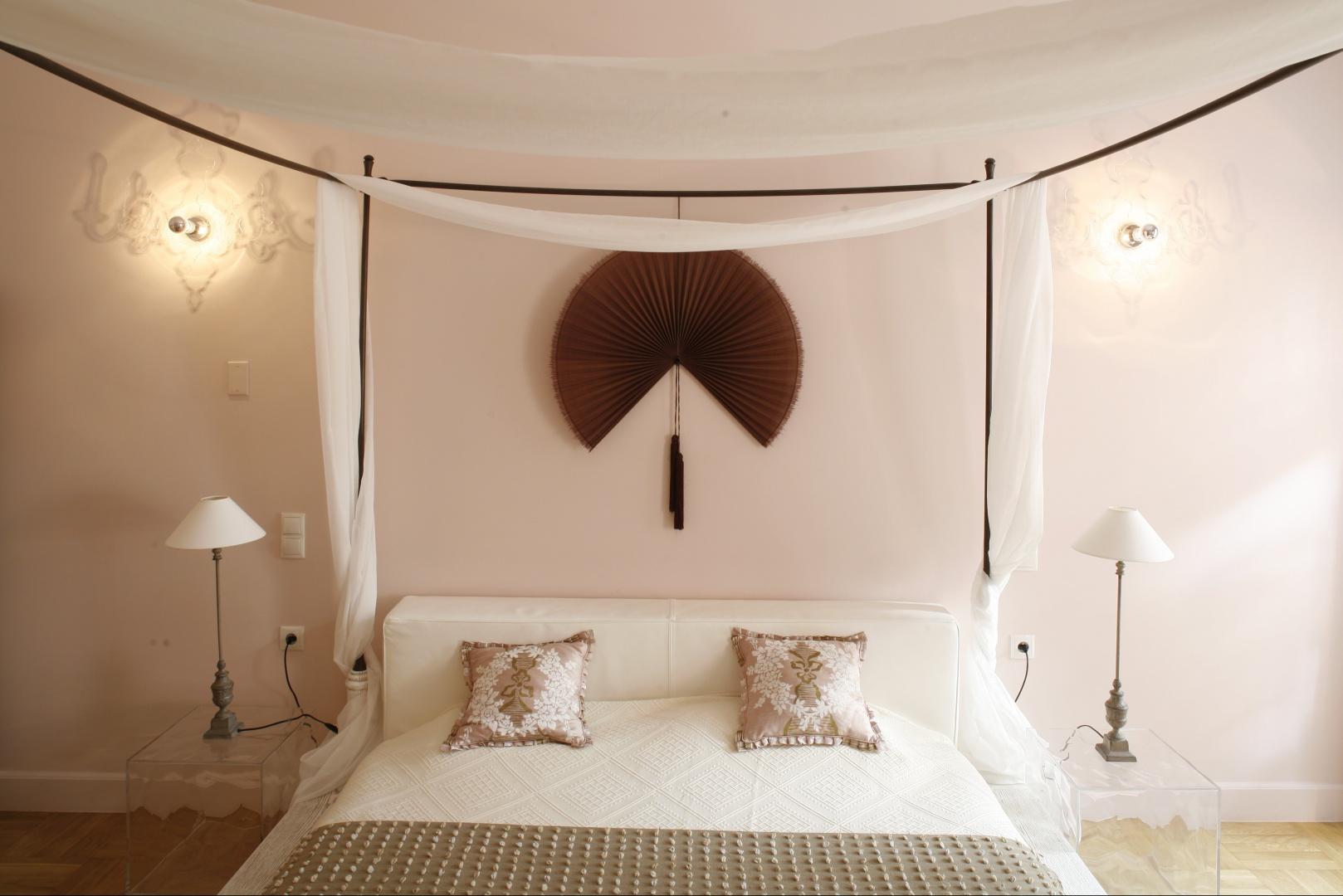 Wachlarz umieszczony nad łóżkiem dodaje wnętrzu romantycznego charakteru. Proj. Małgorzata Szajbel-Żukowska, Maria Żychiewicz. Fot. Bartosz Jarosz.