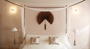 Sypialnia została urządzona w spokojnych, stonowanych kolorach. Najważniejszym elementem jest oryginalne łóżko z baldachimem, które dyktuje romantyczny charakter wnętrza.