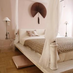 Po obu stronach łóżkach umieszczono lekkie, przezroczyste stoliki nocne, które nie przytłaczają wnętrza. Proj. Małgorzata Szajbel-Żukowska, Maria Żychiewicz. Fot. Bartosz Jarosz.