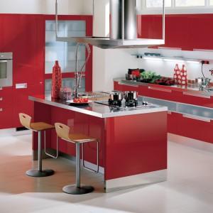 Dzięki czerwonym meblom kuchnia zmieni się w miejsce energetyczne i apetyczne. Seria City firmy Scavolini. Fot. Scavolini.