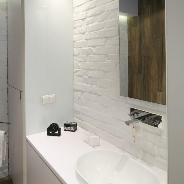 Łazienka w klimacie loft. Zobacz wnętrze wykończone cegłą