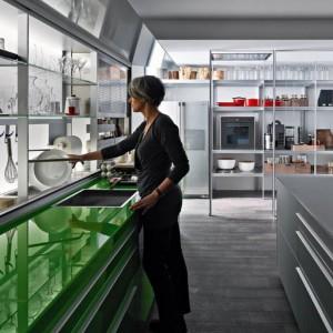 Zielony kolor blatu i szafek podblatowych zestawu New Logica firmy Valcucine urozmaica przestrzeń obszernego wnętrza. Fot. Valcucine.