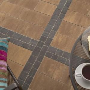 Kostka brukowa Promenada z serii serii color-mix® to gładkie płyty kamienne o lekko nieregularnych krawędziach. Fot. Bruk-Bet.