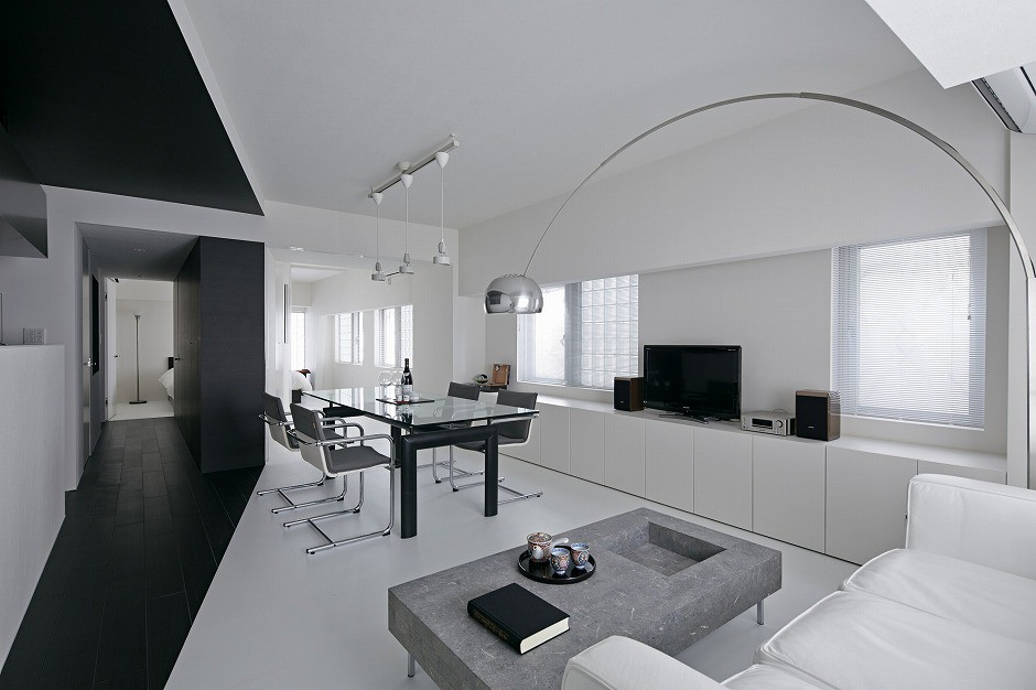 Strefa dzienna wraz z gabinetem zajmują sąsiadujące ze sobą części domu, podczas gdy pomieszczenia, od których wymaga się więcej intymności, takie jak sypialnia czy łazienka, zlokalizowano po przeciwległej stronie domu. Fot. Koichi Torimura.