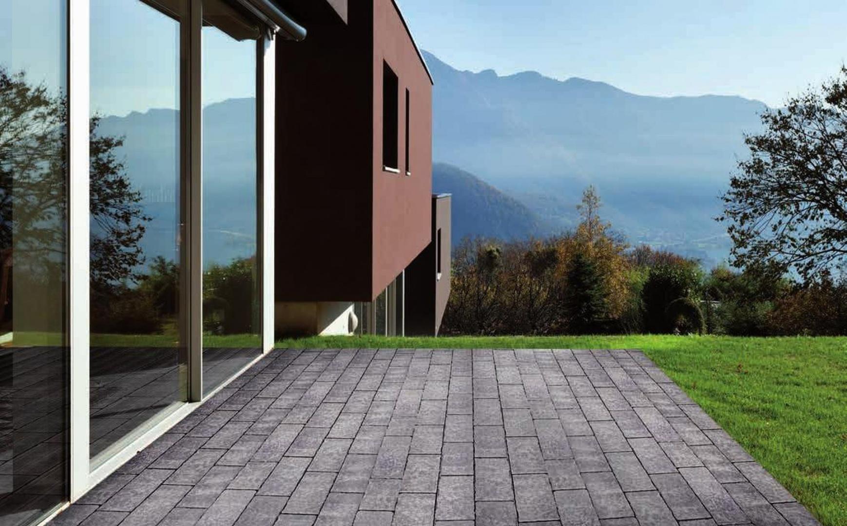 Kostka Atrio dobrze komponują się z drewnem i cegłą, dobrze sprawdzą się na podjazdach, tarasach i ścieżkach ogrodowych. Fot. Libet.