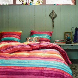 Tkaniny w sypialni zajmują bardzo ważną rolę. Kolorowy komplet pościeli wprowadzi do wnętrza dowolny kolor. Fot. Covers & Co.