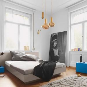Niebieskie, geometryczne meble ożywiają przestrzeń sypialni. Fot. Kettnaker.