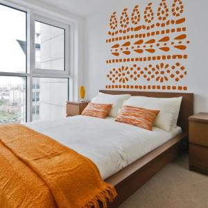 Naklejki dekoracyjne umieszczone na ścianie za łóżkiem to ciekawy sposób na dekorację sypialni. Fot. Art of wall.