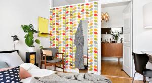Przy urządzaniu wnętrza w pewnym momencie przychodzi czas na wybór dodatków, tkanin i dekoracji. Przedstawiamy aranżacje sypialni w których zdecydowano się na dobór kolorystycznych akcentów.